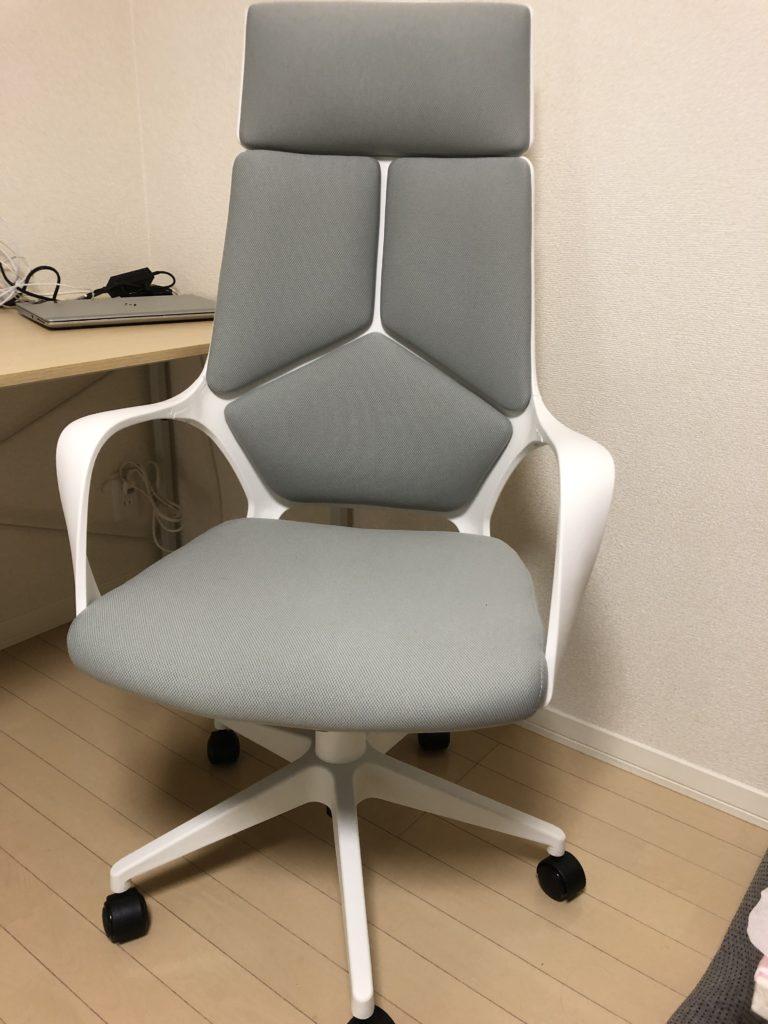 白いテレワーク椅子の画像